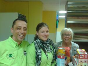 Am  14. April haben die stellv. Tierheimleitung Stefanie Hecklinger (Mitte) und der Geschäftsführer Robert Neureuther Rita Vaupel von  der Marburger Tafel die Tiernahrungsspenden übergeben.